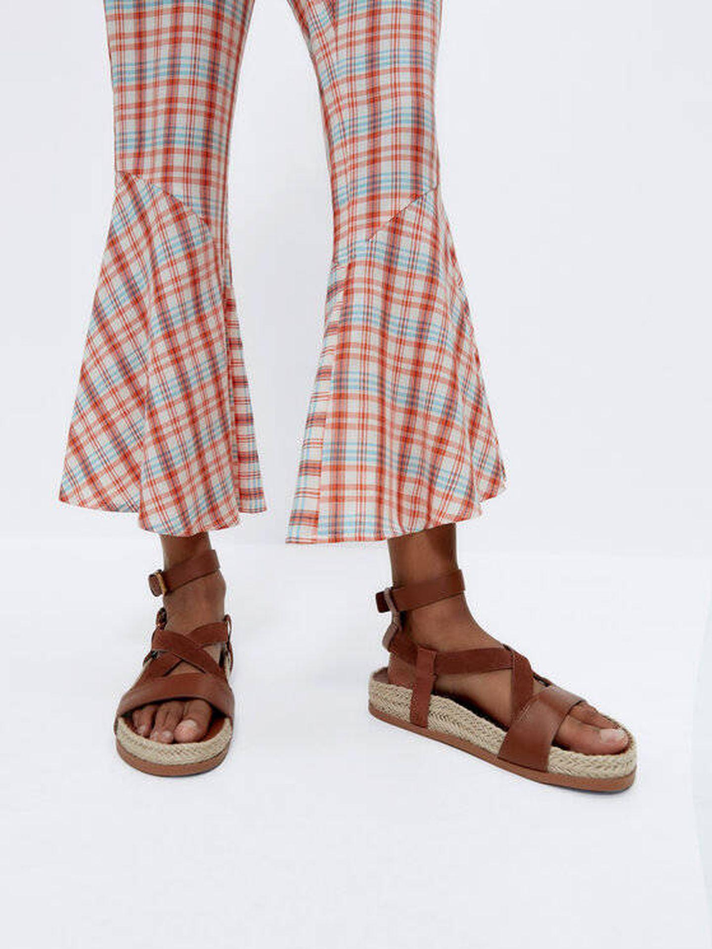 Pantalón tendencia de Uterqüe. (Cortesía)