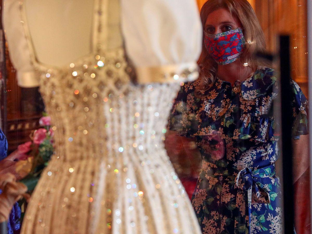 Foto: La princesa Beatriz observa su vestido. (Reuters)