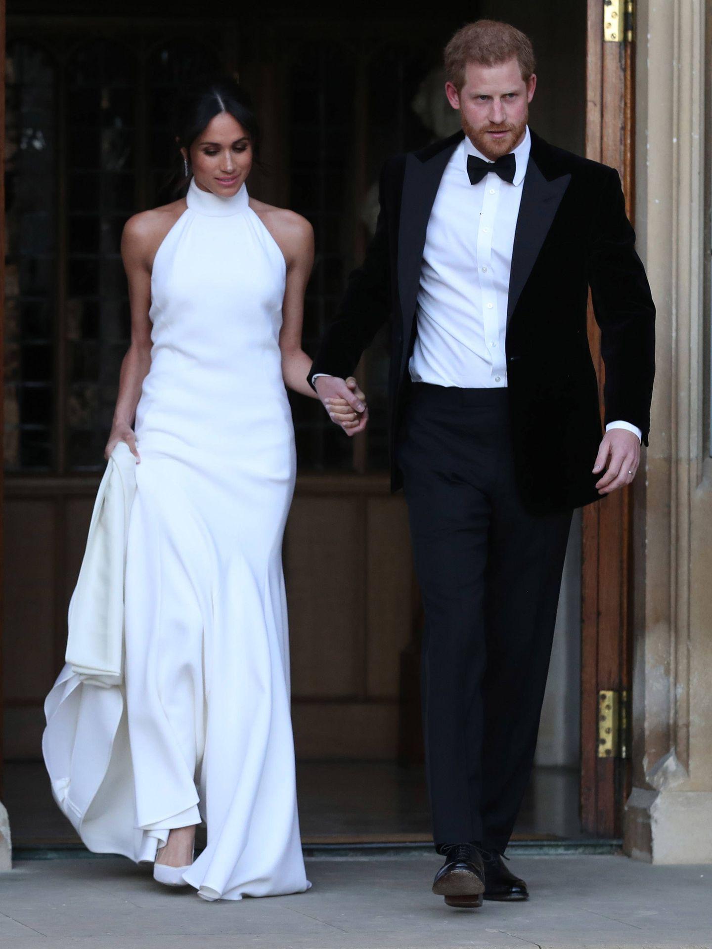 Meghan Markle, luciendo un vestido de cuello halter junto al príncipe Harry. (Getty)
