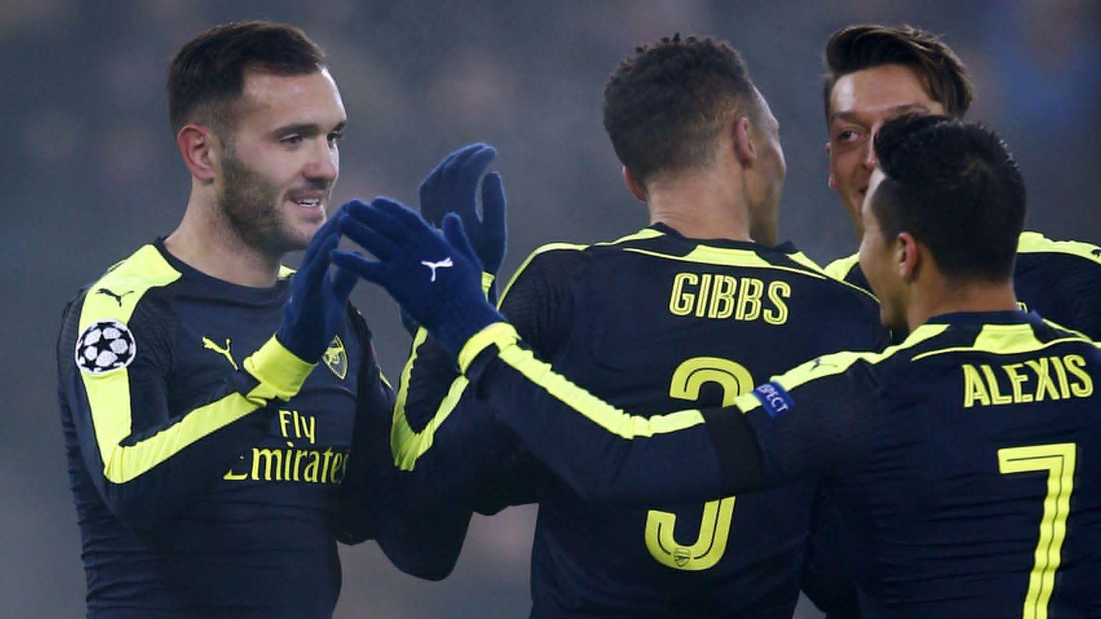 Foto: Lucas Pérez es felicitado por sus compañeros tras marcar uno de sus tres goles al Basilea (Reuters)