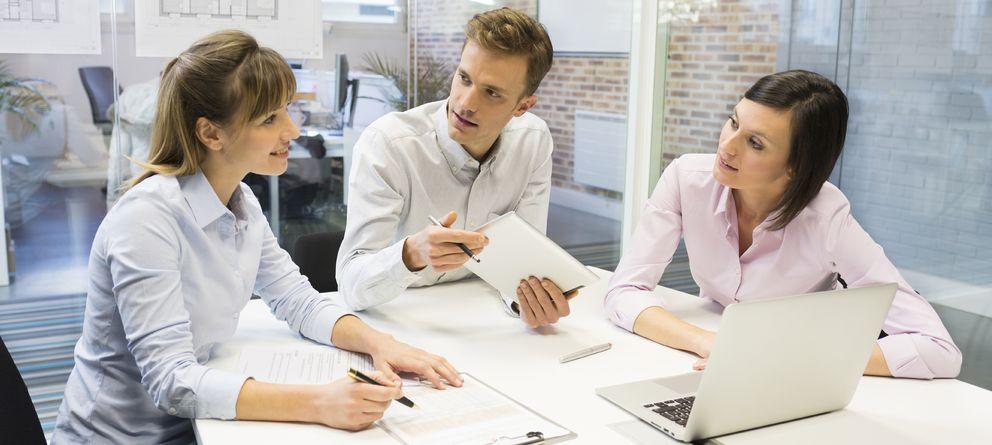 Foto: Para que nos tomen en serio y dar una buena impresión en una reunión de trabajo, lo primero que debemos identificar son los errores a evitar. (iStock)