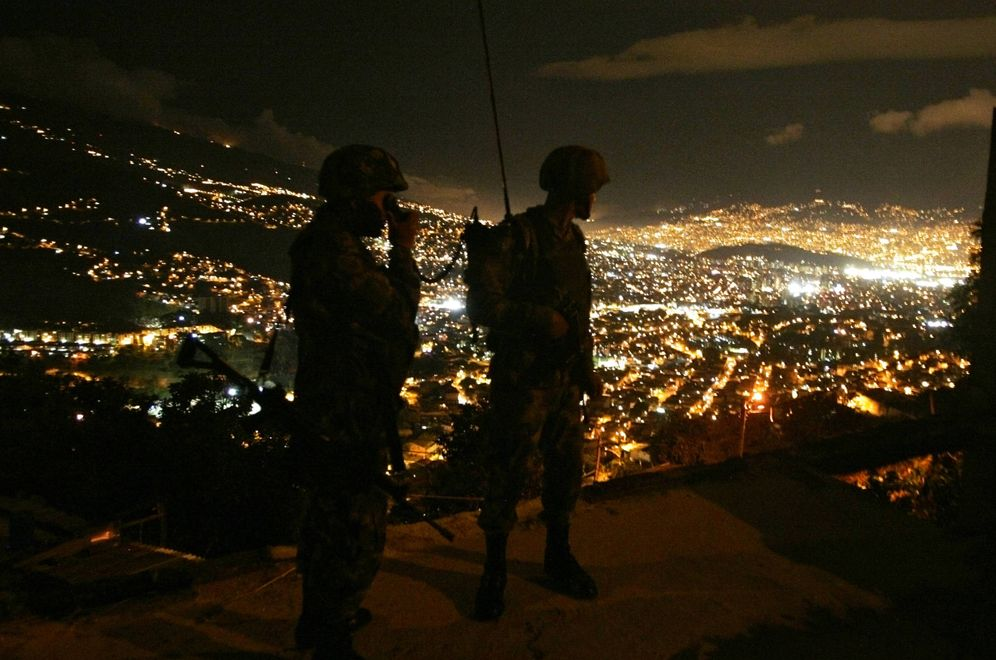 Foto: Soldados colombianos patrullan un barrio de chabolas en Medellín, en 2009 (Reuters)