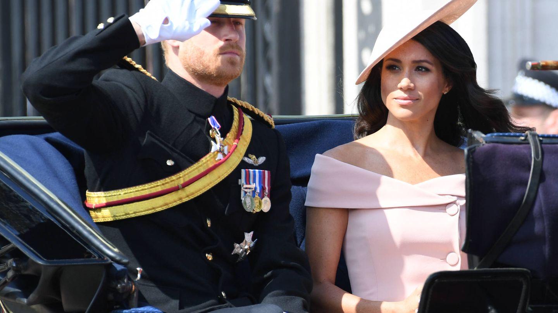 El príncipe Harry, muy solemne, con su mujer. (Gtres)