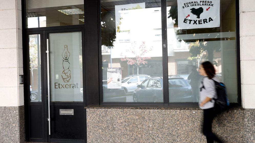 Foto: La Guardia Civil detuvo al etarra cuando salía de la sede de Etxerat de esta localidad. (EFE)