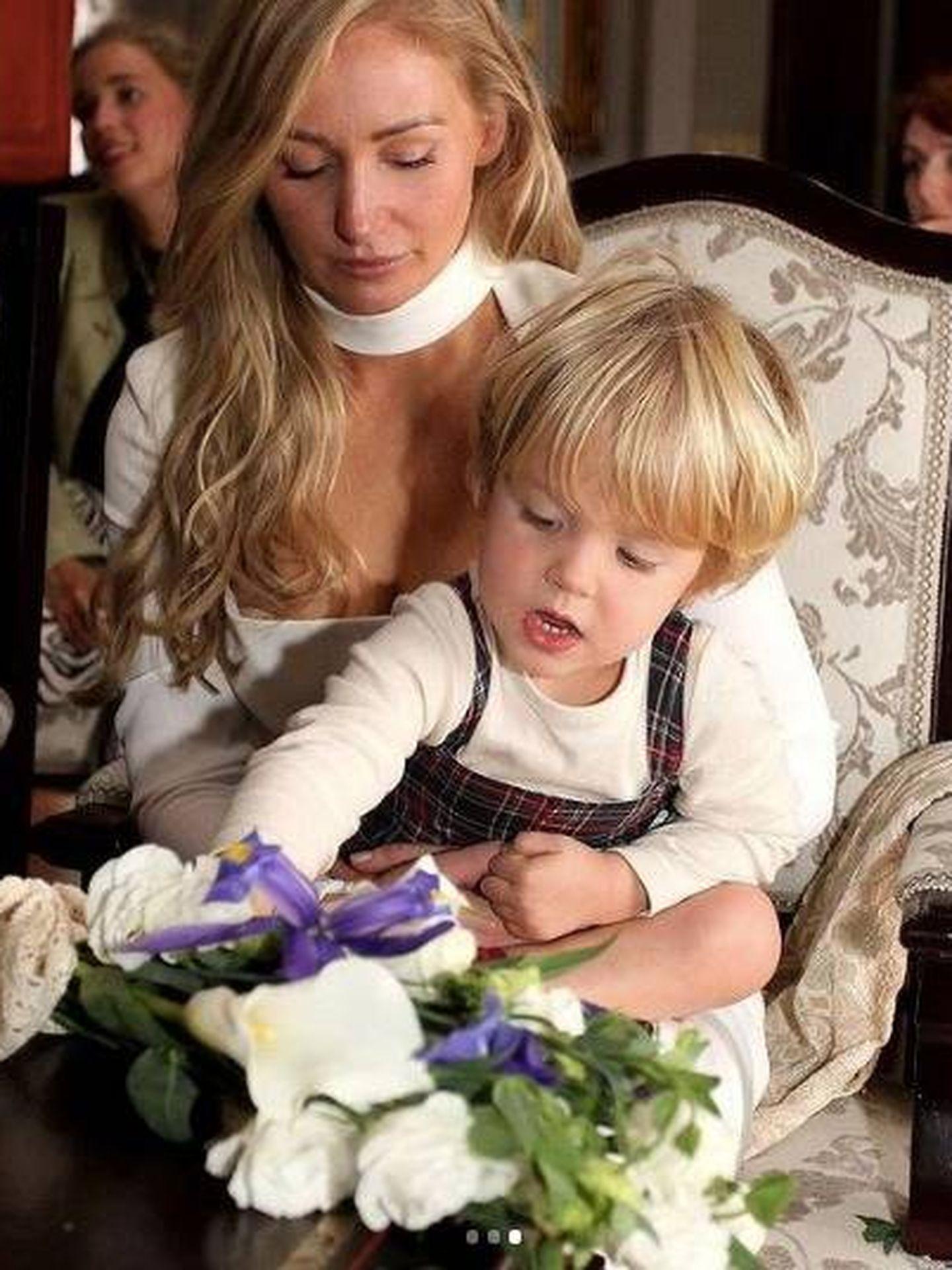 La novia con su hijo, Félix. (Instagram)