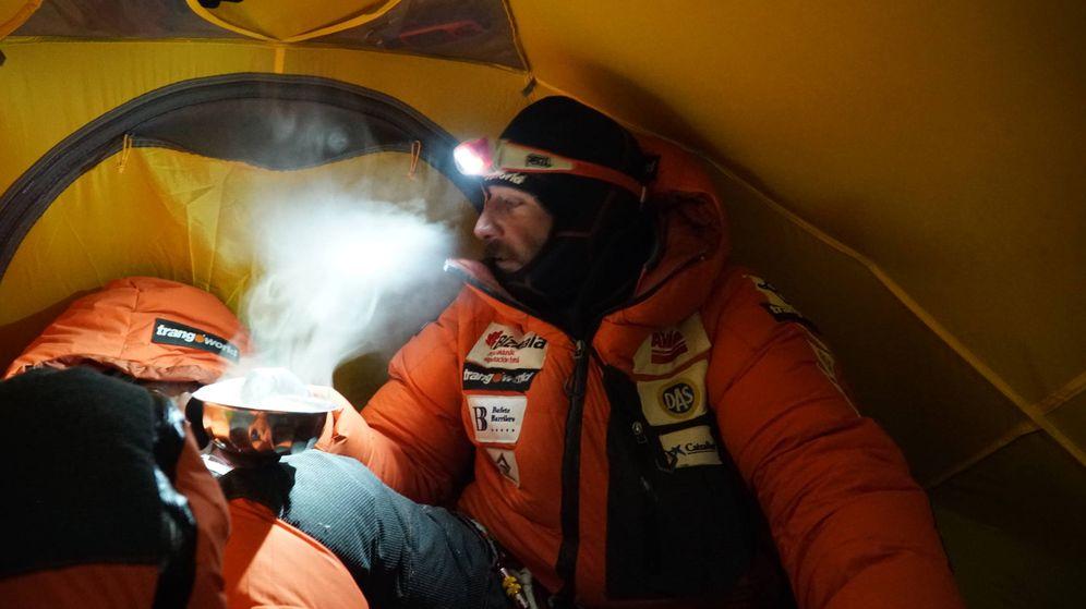 Foto: Alex Txikon descansa en el interior de la tienda del Campo 3 (7.200 metros) del Everest.