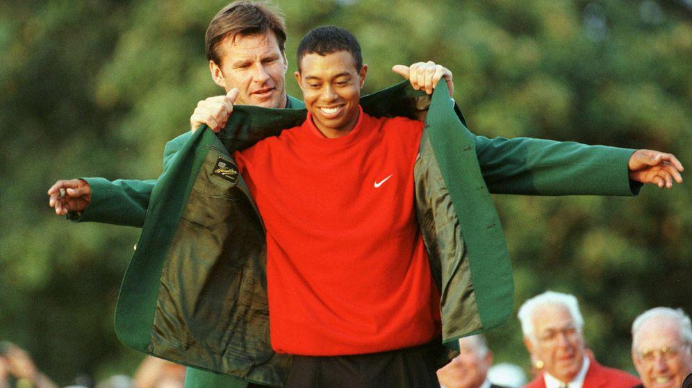 Foto: Tiger Woods recibe su primera chaqueta verde en 1997. (Reuters)