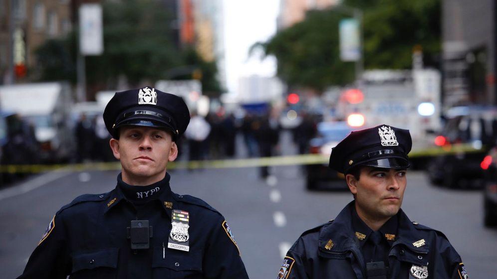 Foto: Varios policías acordonan la calle del centro Time Warner, donde se encuentra la cadena CNN, evacuado por la aparición de un paquete bomba. (EFE)