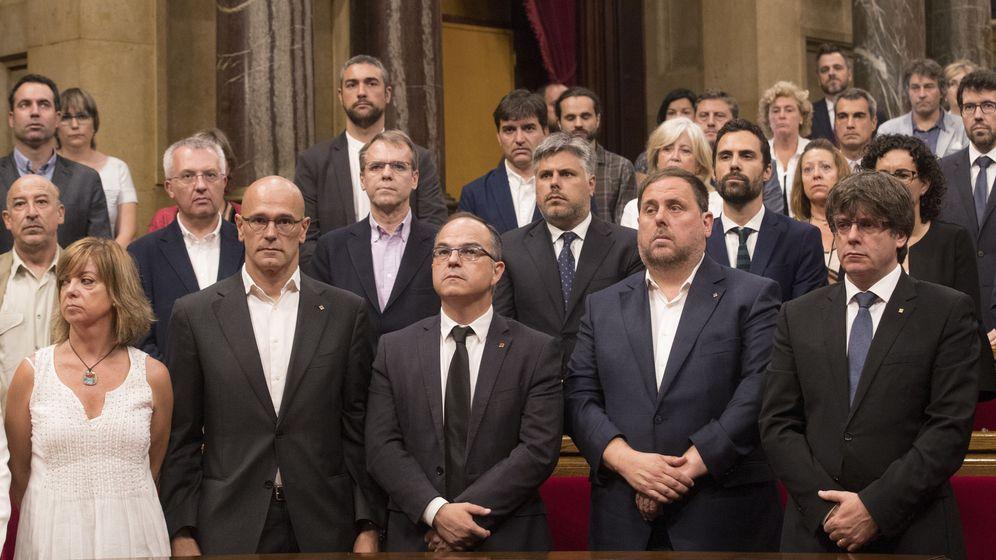 Foto: El presidente de la Generalitat, Carles Puigdemont, su vicepresidente, Oriol Junqueras, el conseller de Presidencia, Jordi Turull y otros miembros del Govern. (Efe)
