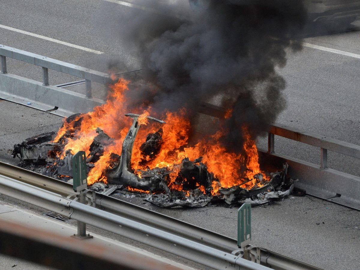 Foto: auto Tesla in fiamme dopo un incidente a Monte Senri, in Svizzera.  (Reuters)