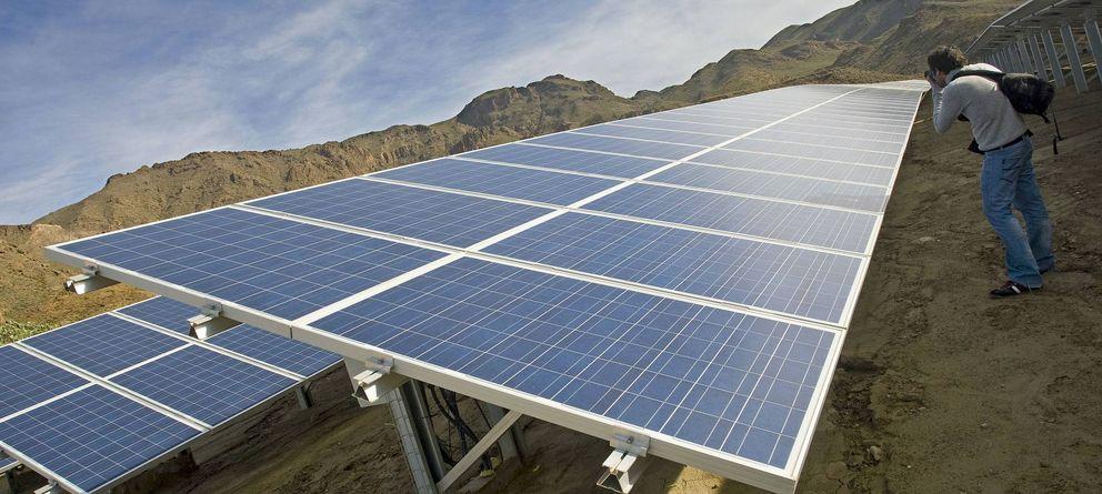 Foto:  Un fotógrafo toma unas imágenes de las placas de una planta solar fotovoltaica de 10 MW. (EFE)