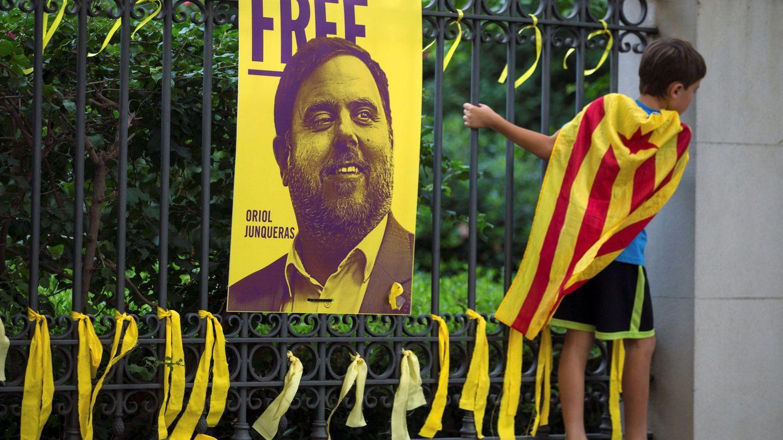 Lazos amarillos colocados ante una fotografía del exvicepresidente Oriol Junqueras, durante la Diada de 2018. (EFE)