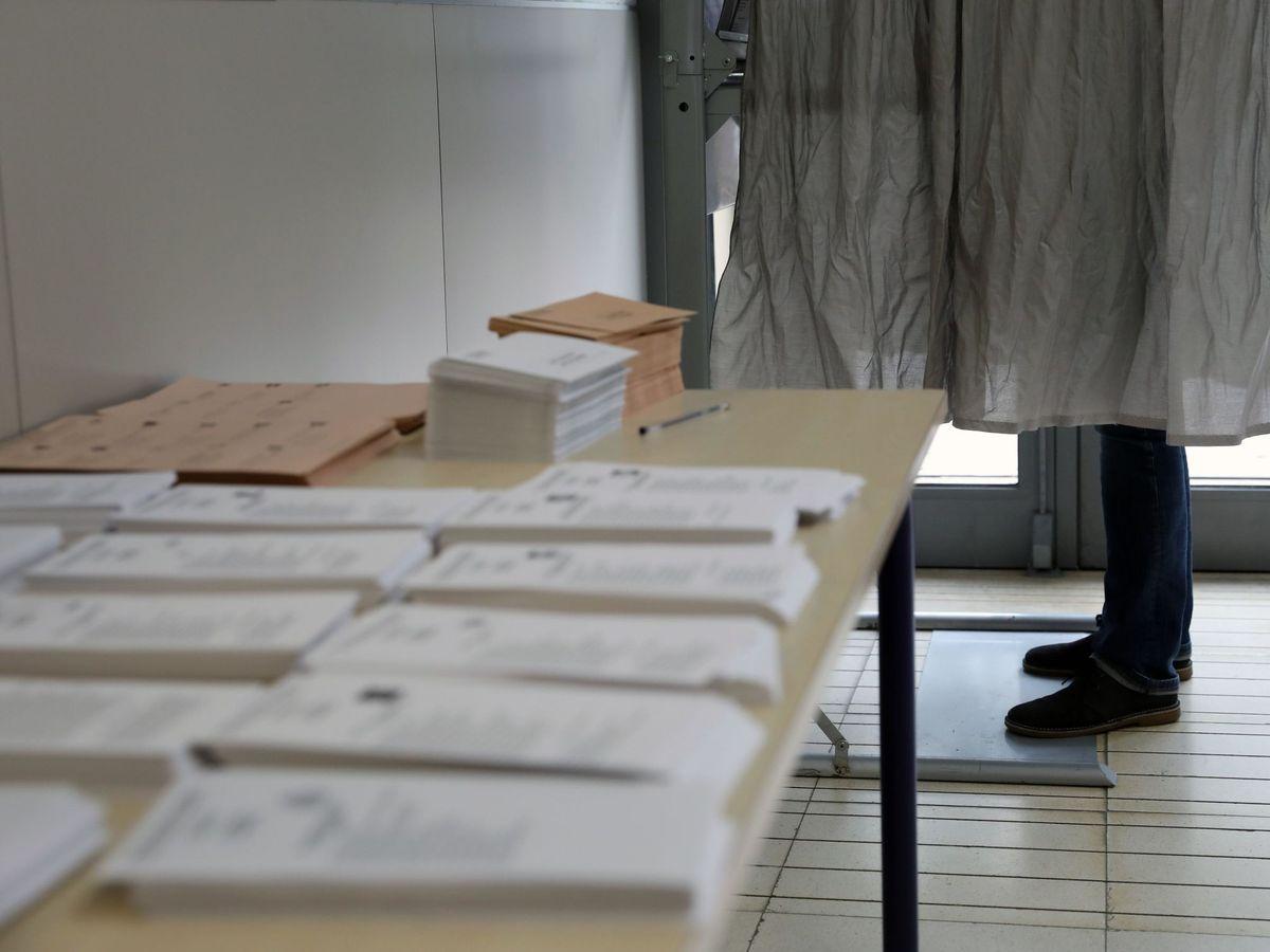 Foto: Un hombre acude a votar a un colegio este 10-N. (EFE)