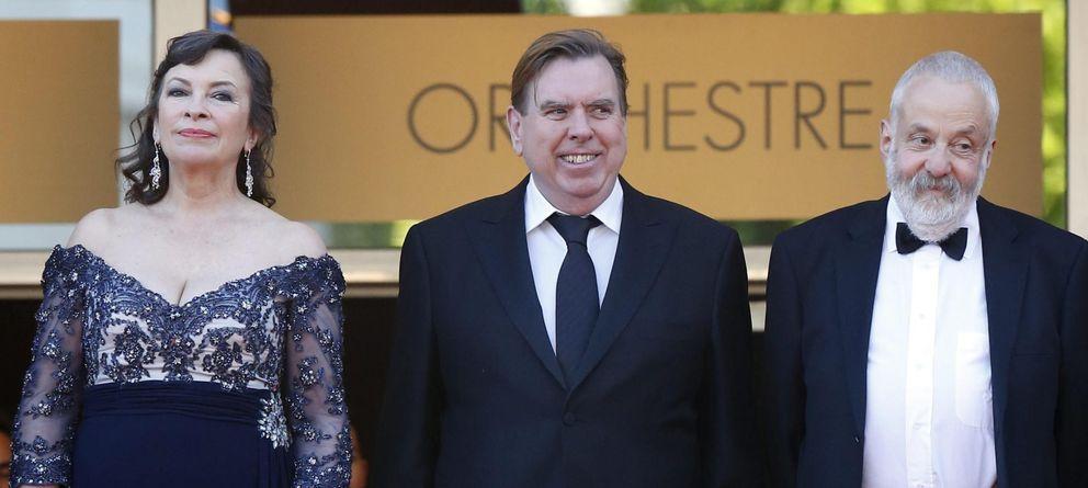 Foto: La actriz Marion Bailey, el actor Timothy Spall y el director Mike Leigh, antes de la presentación de 'Mr Turner' (EFE)
