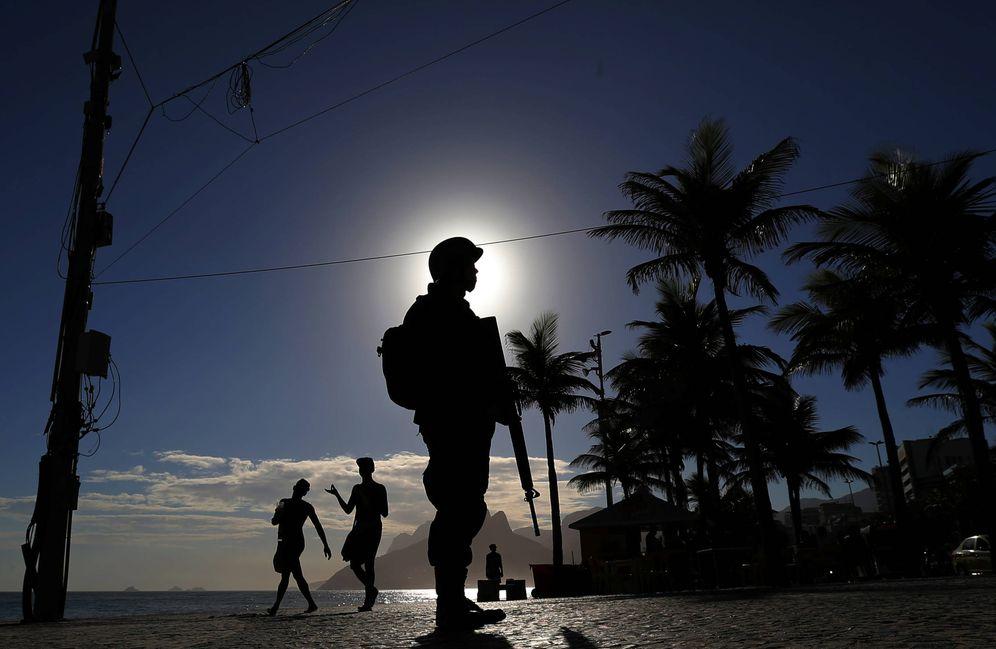 Foto: Un soldado brasileño patrulla cerca de la playa de Ipanema poco antes del Carnaval, en febrero de 2017. (Reuters)