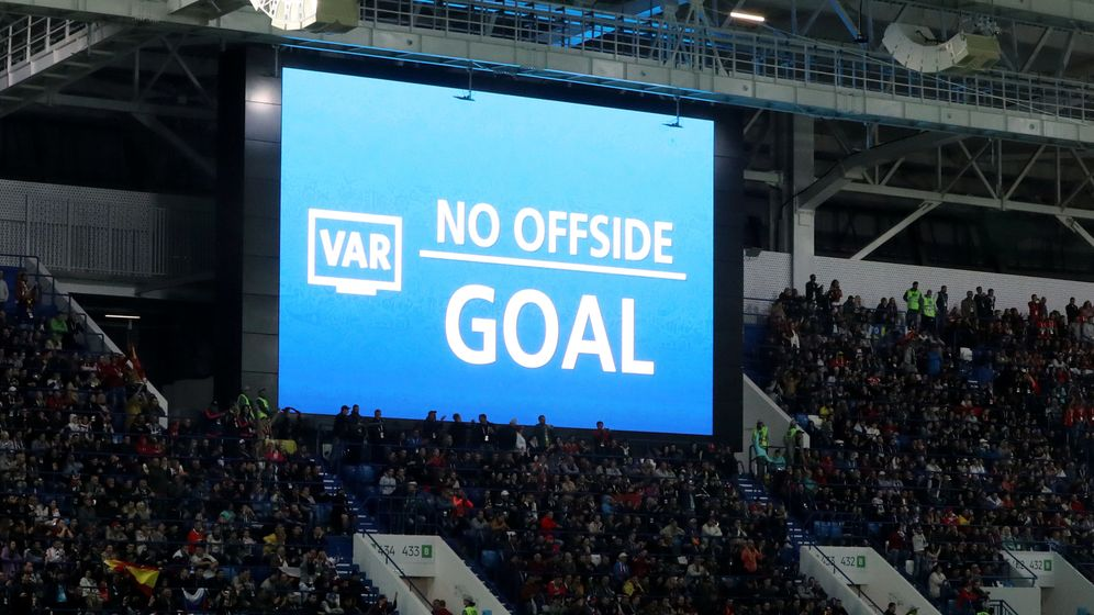 Foto: El VAR, en el momento de determinar que el gol de Iago Aspas era legal. (Reuters)