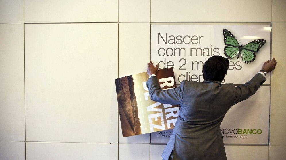 Foto: Un hombre cambia una imagen en una sucursal de Novo Banco. (Reuters)