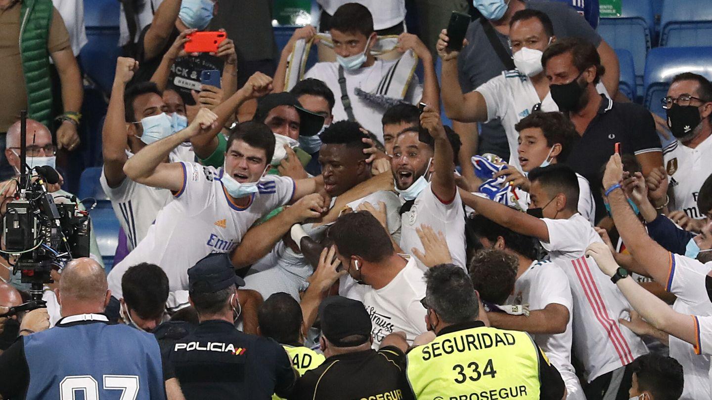 La afición disfrutó a lo grande en el regreso al estadio. (Reuters)