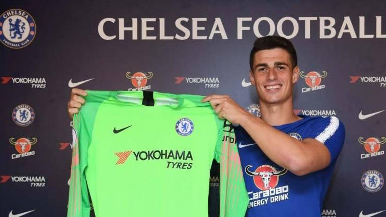 Kepa posa todo orgulloso con la camiseta del Chelsea. (Reuters)