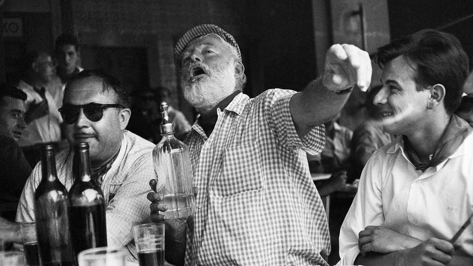 Foto: Ernest Hemingway durante una de sus interminables juergas