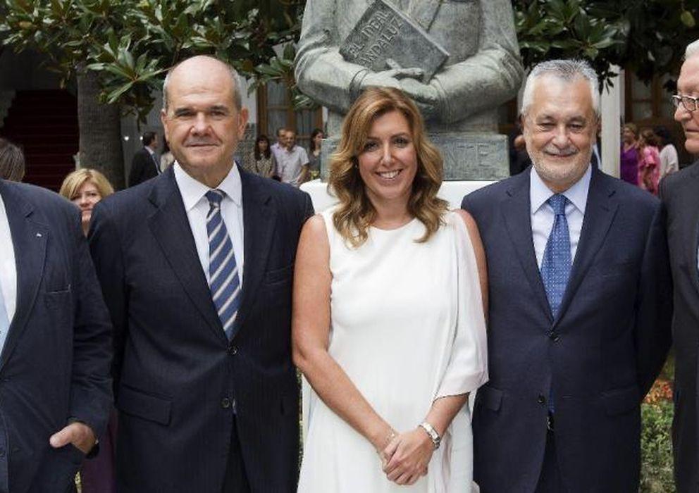Foto: Susana Díaz (c), con los expresidentes andaluces José Rodríguez de la Borbolla (i), Manuel Chaves (2i), José Antonio Griñán (2d) y Rafael Escuredo (d) (EFE)