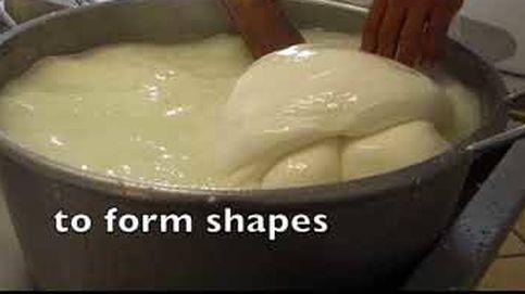 El hipnótico vídeo de cómo se fabrica mozzarella casera en Italia