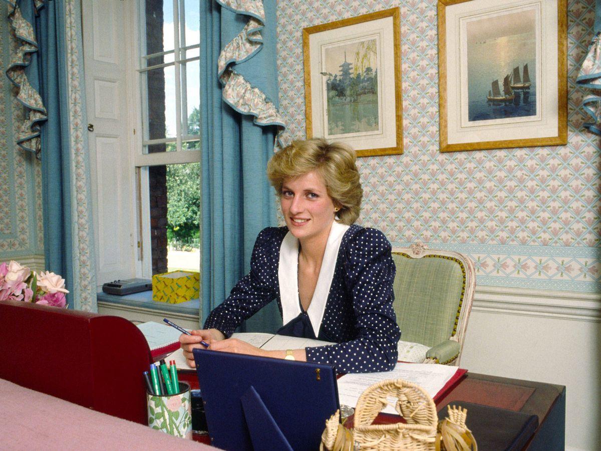 Foto: Diana de Gales, trabajando en su despacho. (Getty)