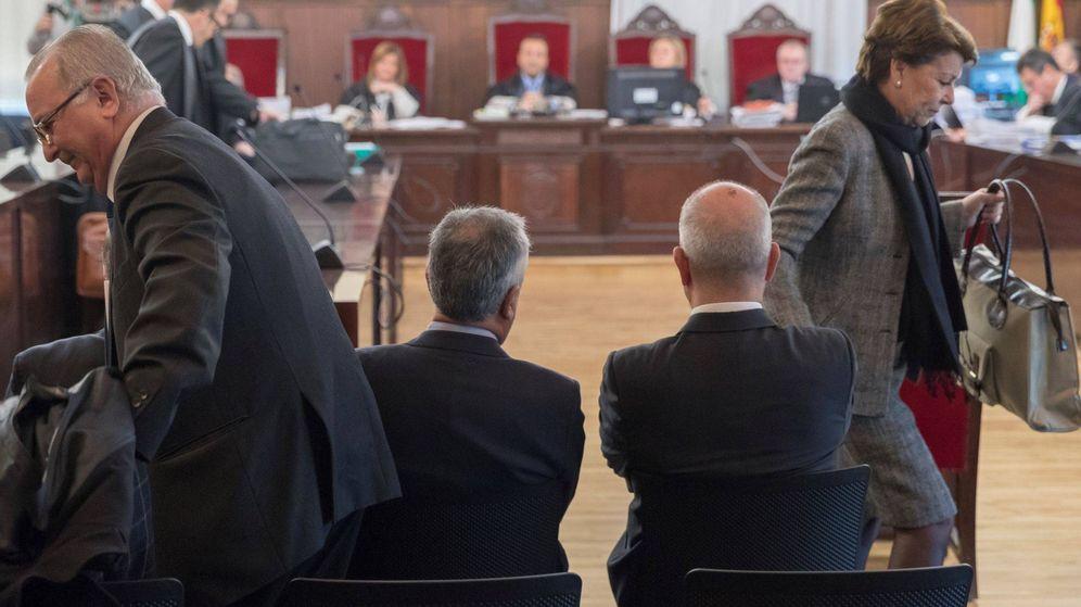 Foto: José Antonio Griñán y Manuel Chaves, de espaldas, en una de las sesiones del juicio a los ERE. (EFE)