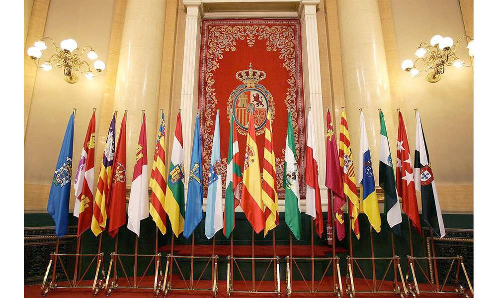 Foto: Banderas de las CCAA en un acto en el Senado. (EFE)