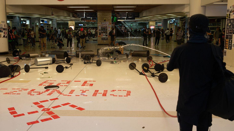 Centro comercial vandalizado por los manifestantes. (Reuters)