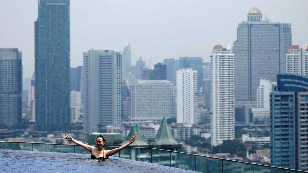 Foto: Una turista en la piscina de un hotel en Bangkok. (Reuters)