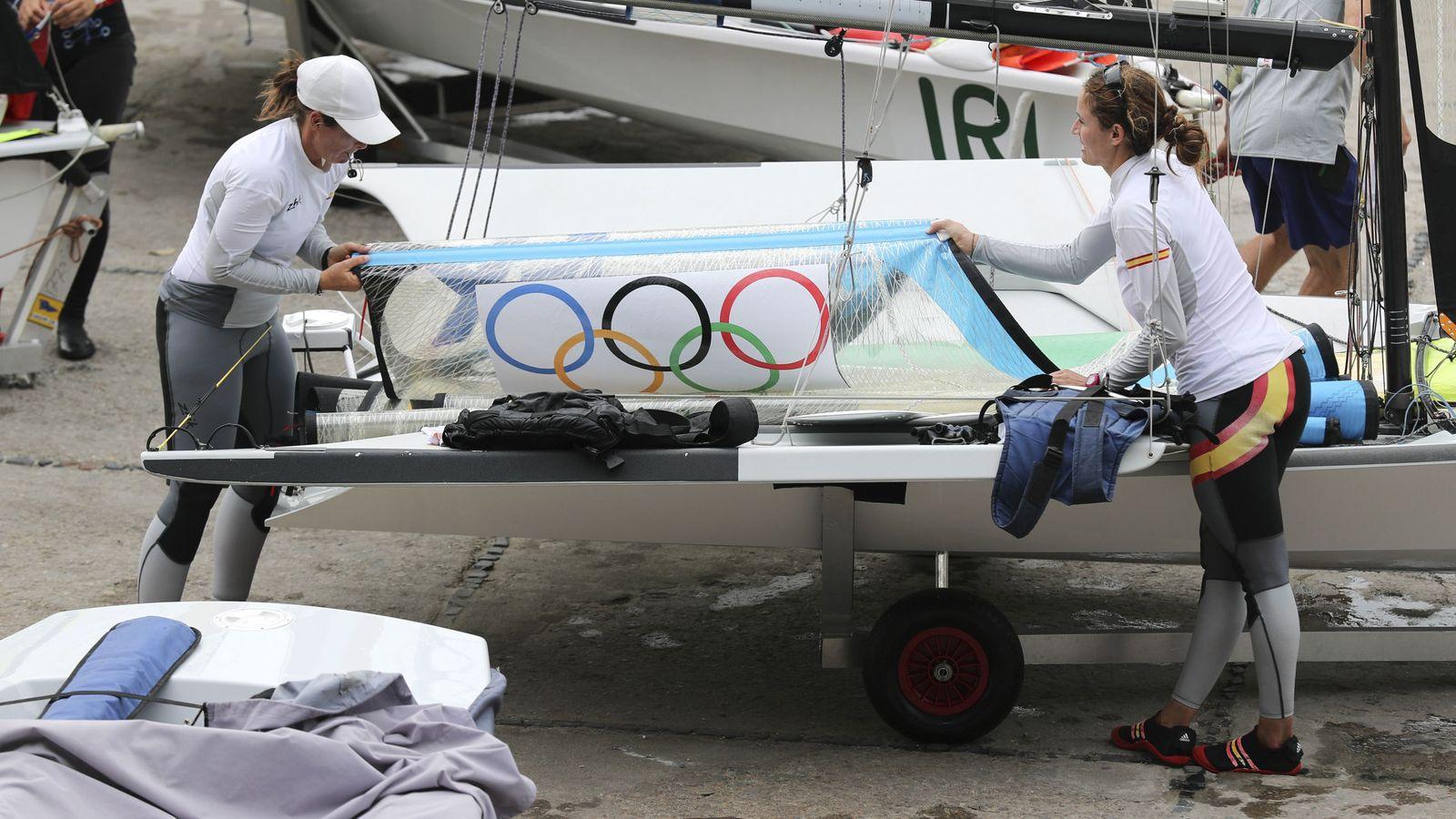 Foto: Berta Betanzos y Támara Echegoyen preparan el barco (EFE)