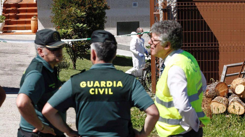 Foto: Agentes de la Guardia Civil, en la vivienda de O Porriño. (EFE)