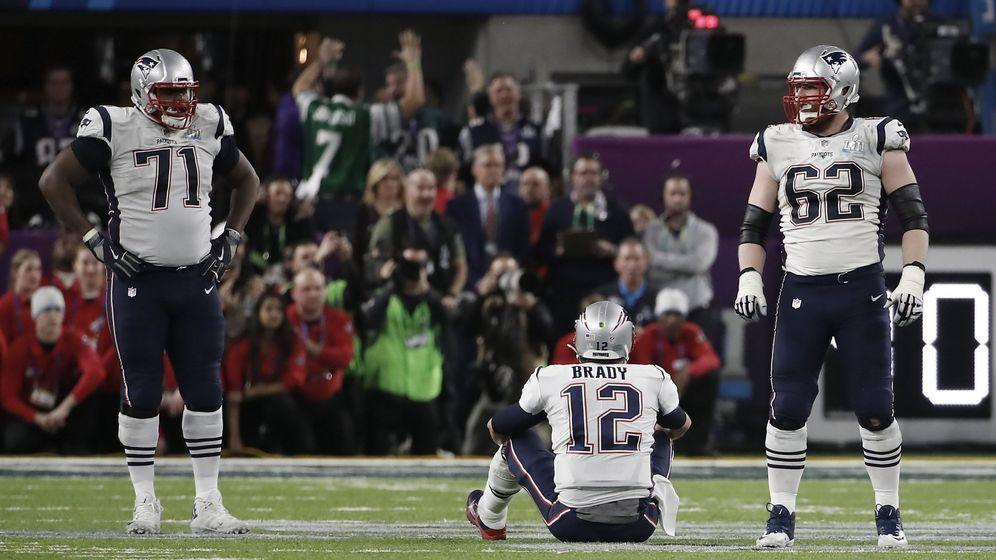 Foto: Tom Brady, desolado en el suelo tras perder el balón que pudo cambiar la final. (Reuters)