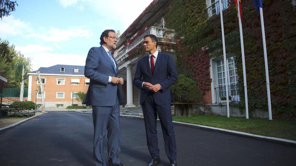 Foto: Rajoy y Pedro Sánchez, frente a La Moncloa. (EFE)