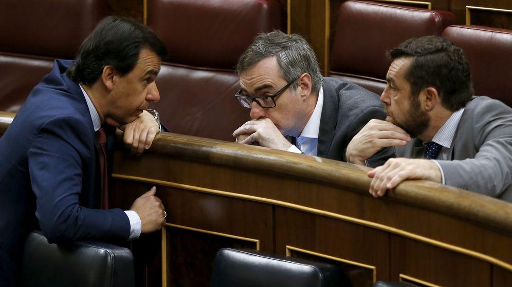 Foto: El vicesecretario de Organización del PP, Fernando Martínez-Maillo (i), conversa con los diputados de Ciudadanos José Manuel Villegas (c) y Miguel Ángel Gutiérrez (d). (EFE)