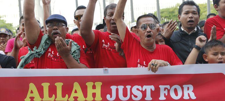Foto: Musulmanes celebran la sentencia a las puertas de un juzgado en Putrajaya, Malasia. (Reuters)