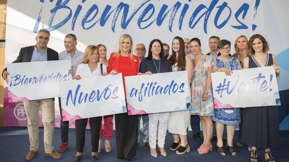 Foto: Cifuentes, en un acto de entrega de carnés a nuevos militantes en Móstoles. (Foto: PP de Madrid)