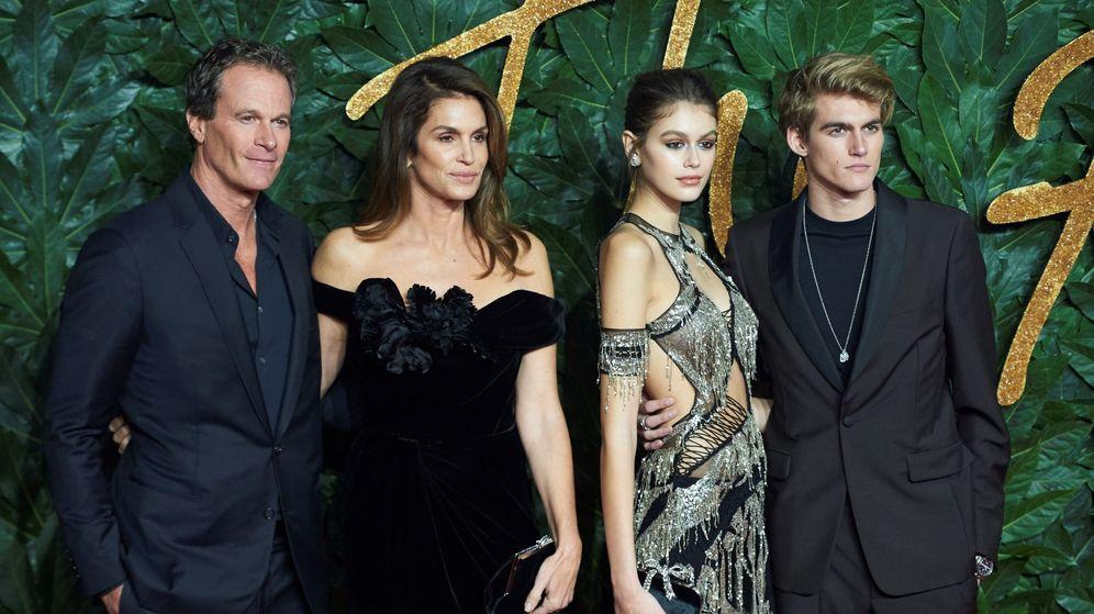 Foto: Cindy Crawford y Kaia Gerber posan con su familia en los Premios de la Moda Británica en Londres. (EFE)