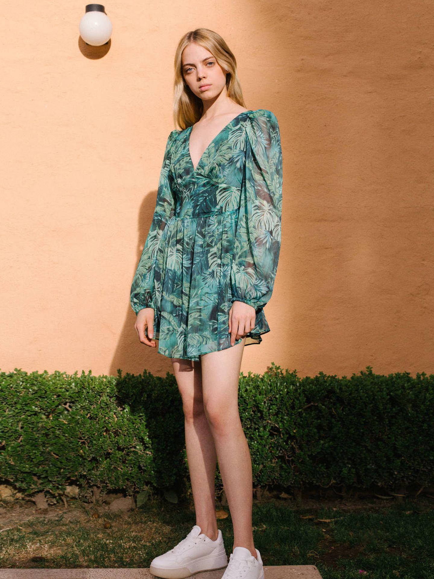 El vestido con estampado tropical de Bershka. (Cortesía)