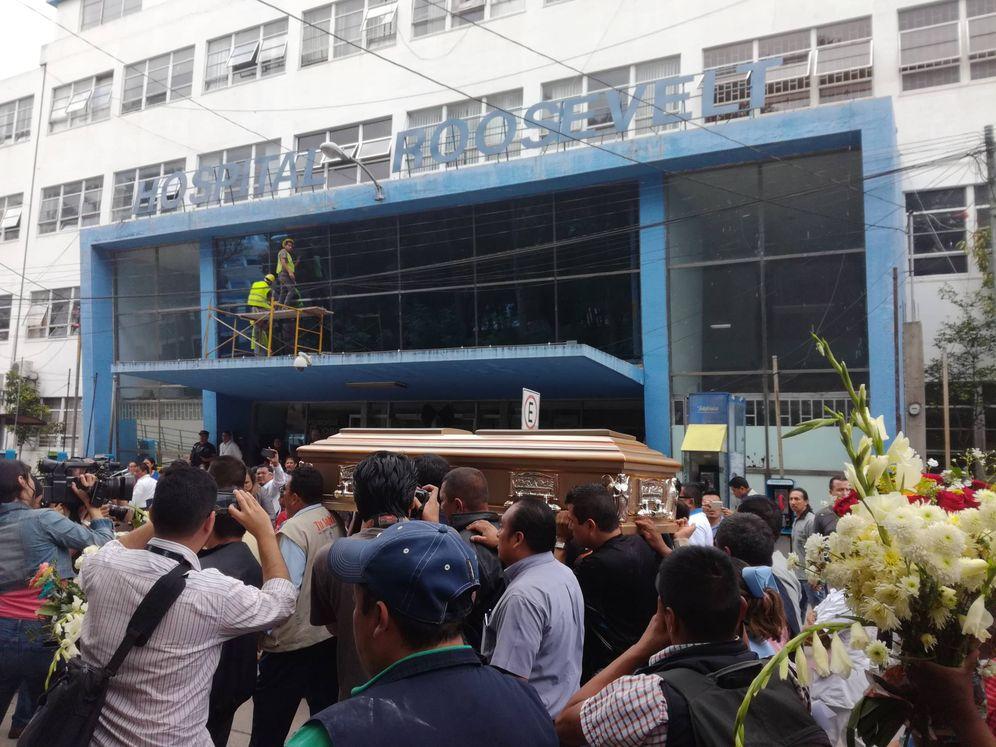 Foto: El féretro con el cuerpo del agente seguridad asesinado, Margarito Sucuc. (A. Vera)