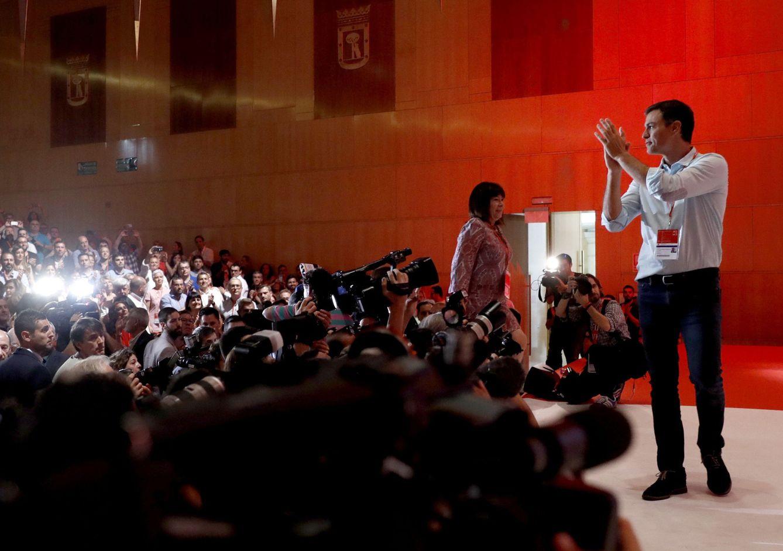 Foto: Pedro Sánchez, a su llegada al plenario del 39º Congreso Federal del PSOE, acompañado por Cristina Narbona, este 17 de junio en el Palacio Municipal de Congresos de Madrid. (EFE)