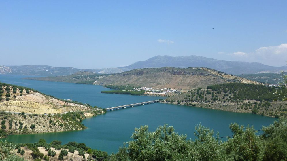 Foto: Fotografía de archivo del embalse de Iznájar. (Mussklprozz, Wikipedia)