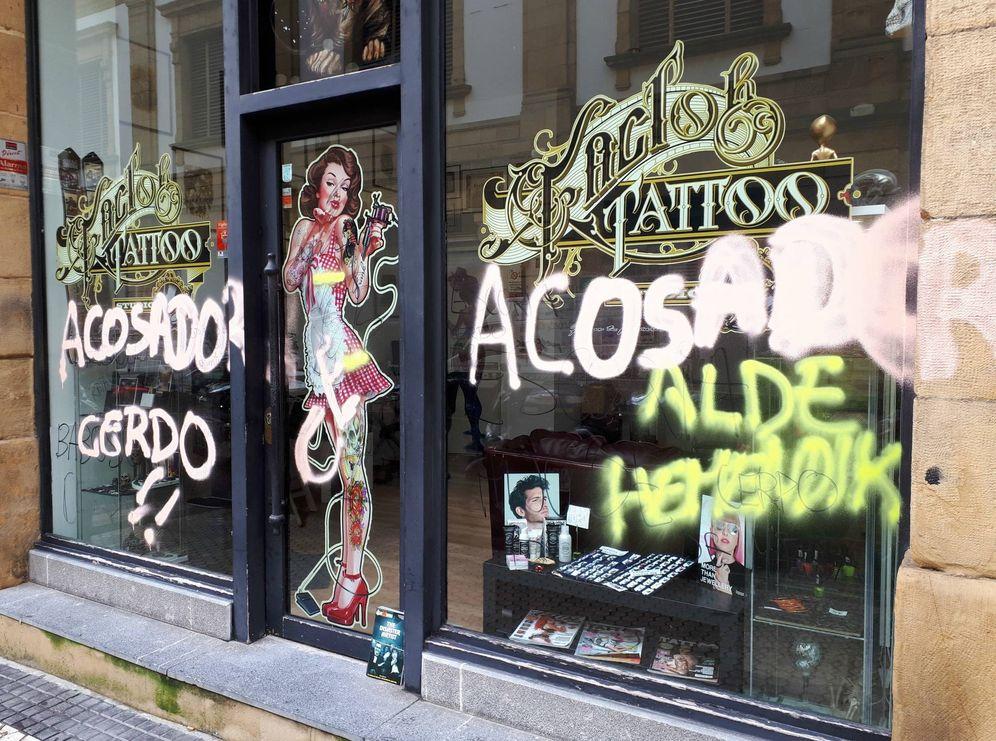 Foto: Pintadas que aparecieron en el estudio de tatuajes contra su responsable. (EC)