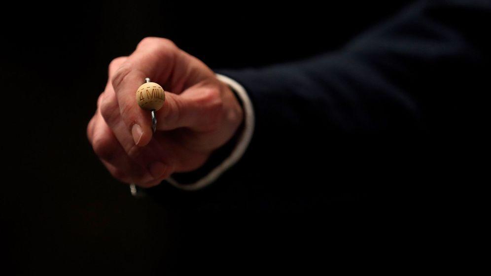 Foto: Una bola durante el Sorteo de la Lotería de Navidad. Foto: EFE Chema Moya
