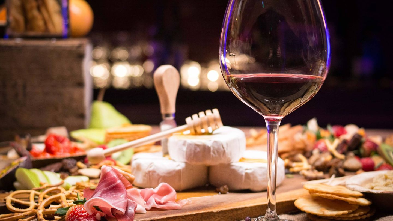 Dieta del jamón y el vino para adelgazar. (Lana Abie para Unsplash)