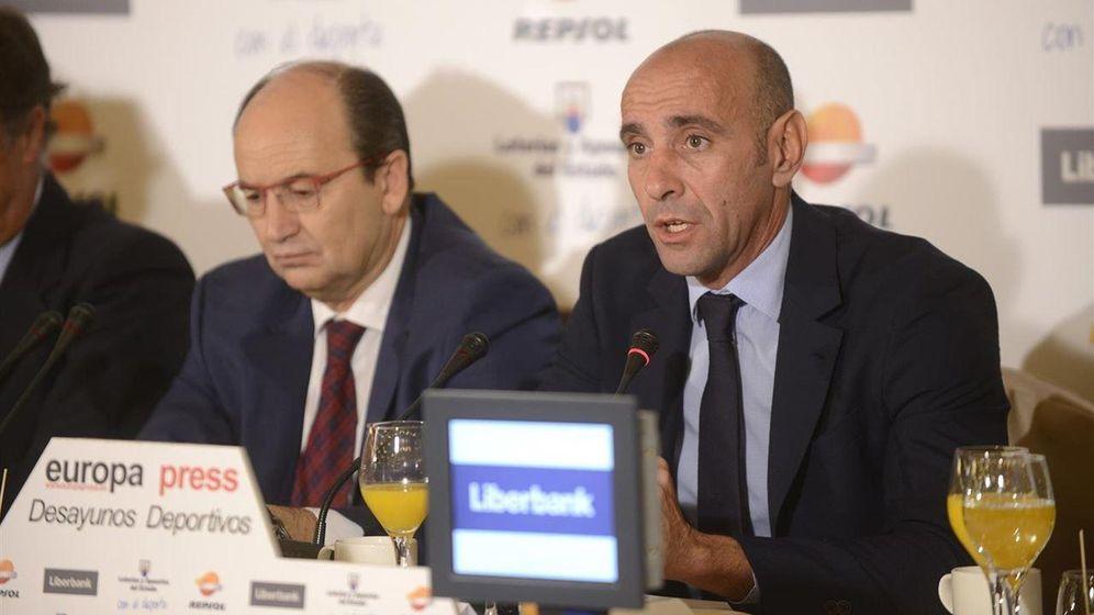 Foto: Monchi, junto a Pepe Castro en los desayunos de Europa Press.