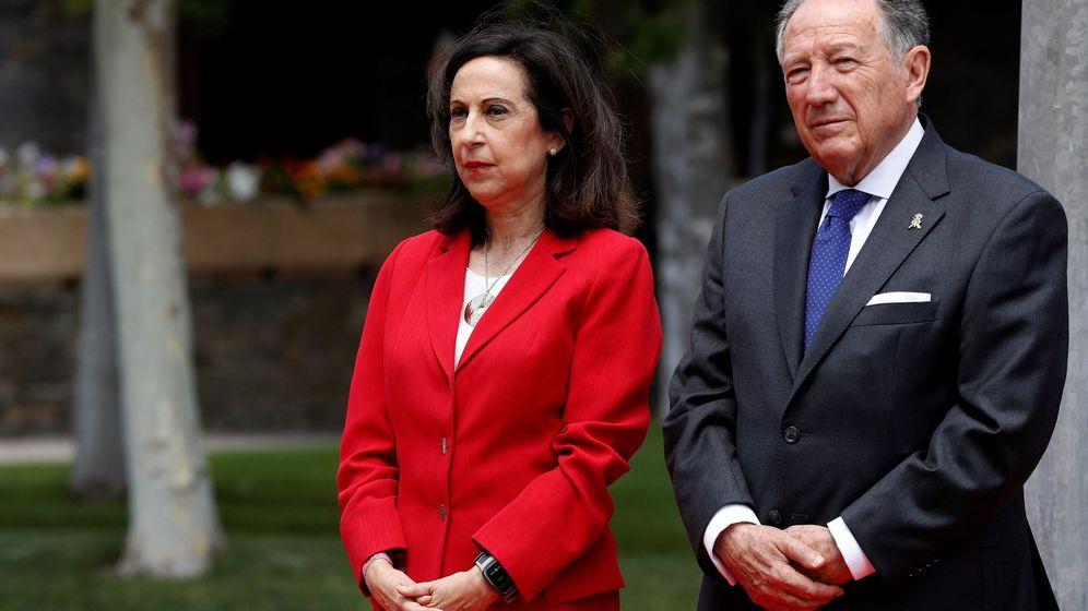Foto: La ministra de Defensa, Margarita Robles, junto al director general del CNI, Félix Sanz Roldán, en la sede de 'La Casa'. (EFE)