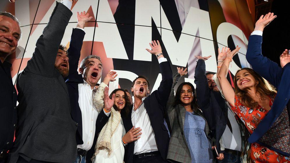 Foto: Noche electoral a las puertas de la sede de Ciudadanos. (EFE)