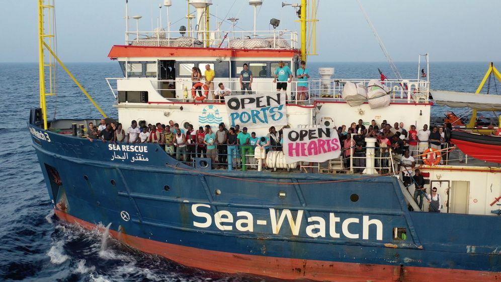 Foto: Migrantes esperan en la cubierta del barco de la ONG alemana Sea Watch. (EFE)